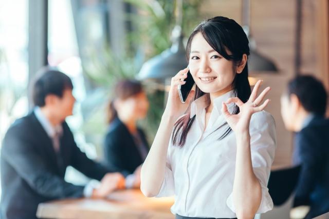 応募先企業に電話を掛ける女性